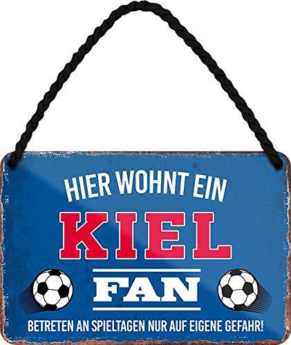 Blechschilder HIER WOHNT EIN Kiel Fan Hängeschild für Fußball Begeisterte Deko Artikel Schild Geschenkidee 18x12 cm