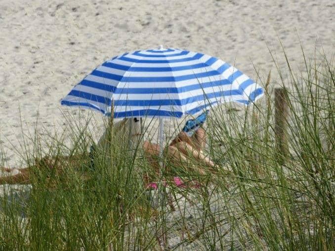 Sonnenschirm am Ostseestrand