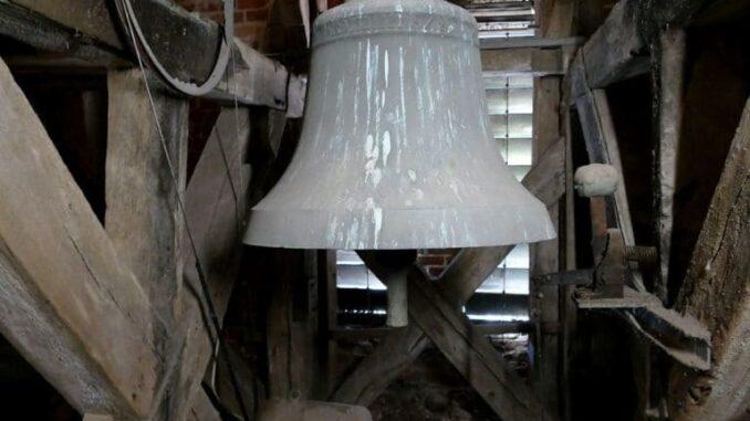 Alte Glocke im Turm auf der Insel Fehmarn
