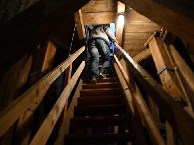 Hölzerne Treppen im Glockenturm der St. Nikolai Kirche