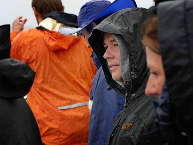 Männer mit Regensachen auf der MS Einigkeit