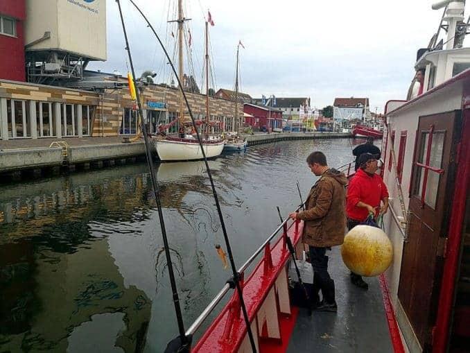 Die MS Einigkeit legt in Heiligenhafen ab