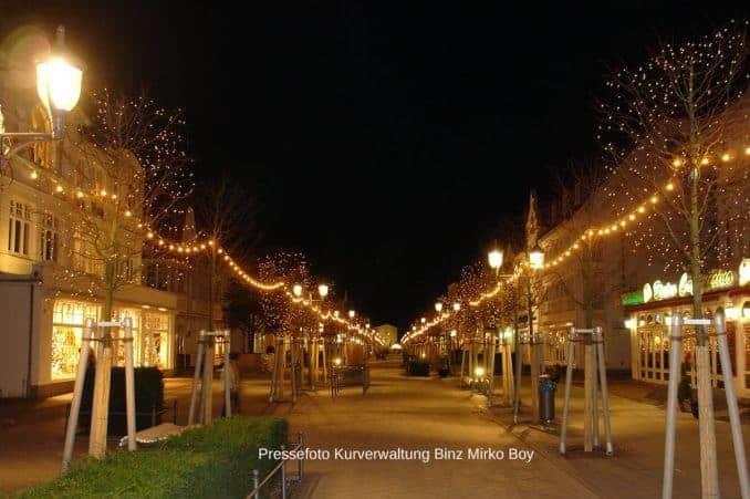 Geschmückte Hauptstraße in Binz