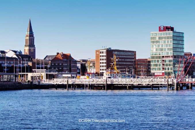 Hafenstadt Kiel mit dem berühmten Rathausturm