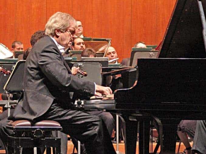 Hauptinitiator Justus Frantz als Pianist und Dirigent