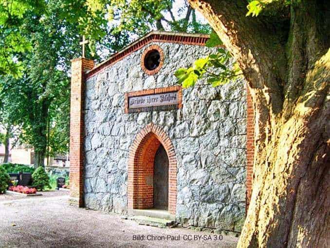 Mausoleum aus Feldsteinen auf dem Kirchhof Alt Teterin
