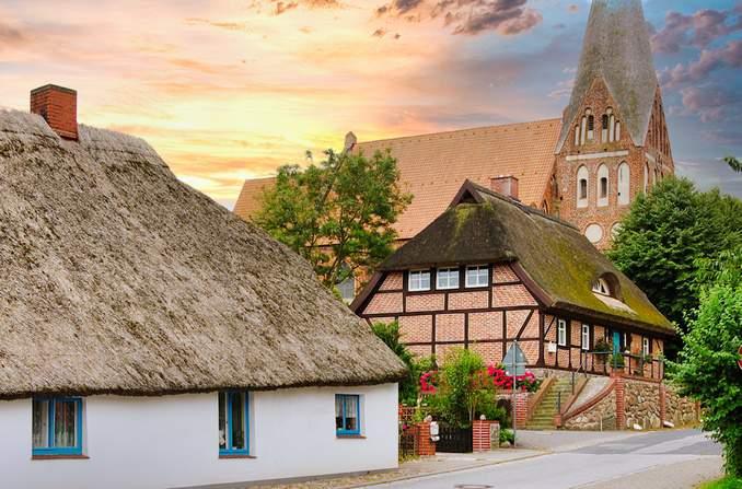 Pfarrwitwenhaus und Kirche St. Marien in Poseritz / Bild: Smial CC BY-SA 2.0 de