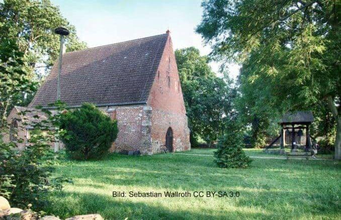 St.-Marien-Kirche in Netzelkow mit Glockenstuhl