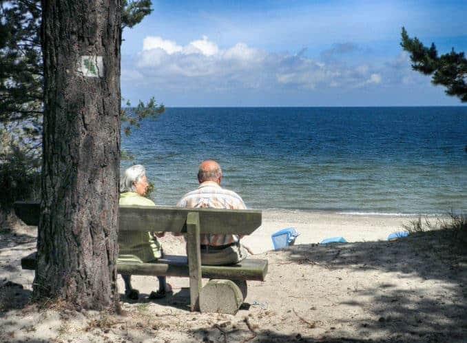 Menschen auf der Bank an der Ostsee