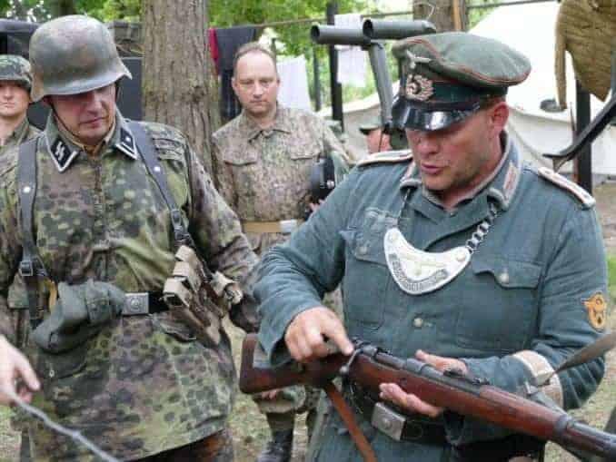 Blücher Bunker Ustka - Soldaten bei der Waffenkontrolle