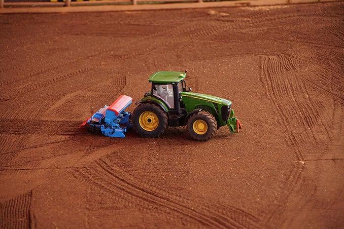 Traktor auf dem Feld, field & fun Miniaturausstellung Sierhagen