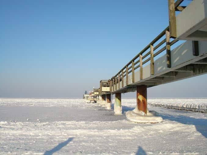 Brücke im Eis an der Ostsee