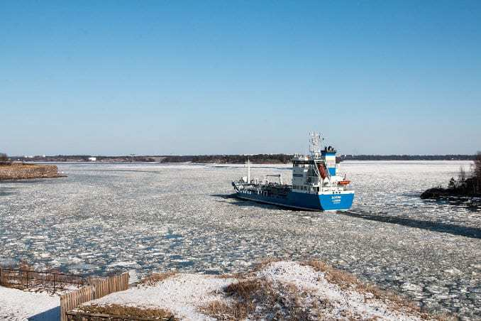 Eisbrecher auf der Ostsee im Winter