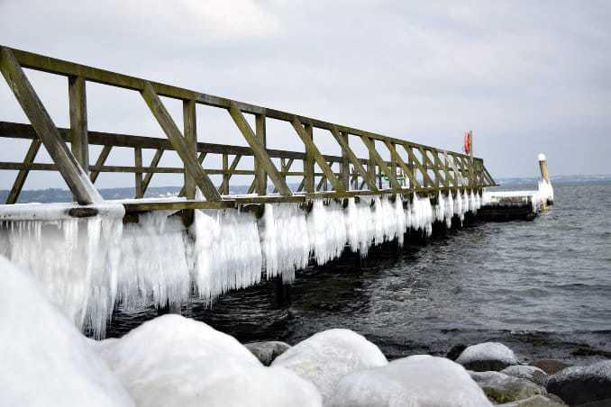 Eingefrorene Brücke an der Ostsee