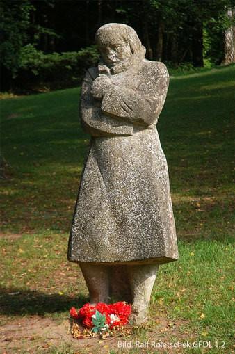 Die frierende Frau im Soldatenmantel