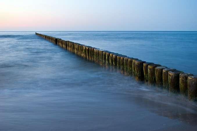 Schwimmen in der Nähe von Buhnen