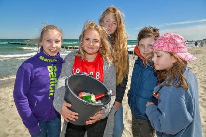 Kinder sammeln Müll an der Ostsee