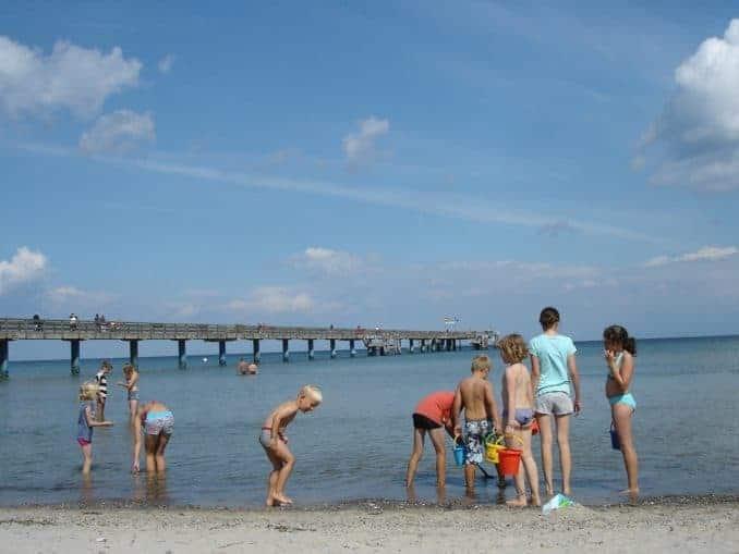 Kinder spielen am Strand von Boltenhagen