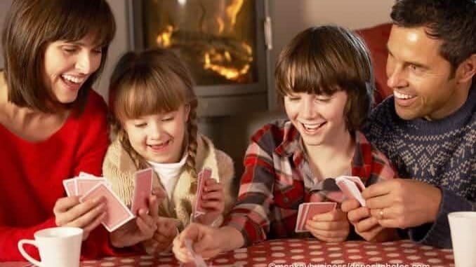 Familie beim Quartett spielen