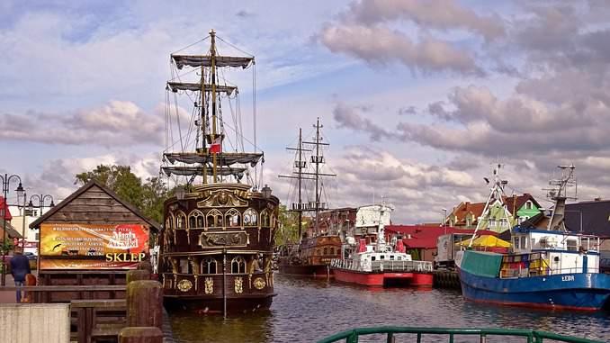 Leba in Polen mit Schiffen im Hafen