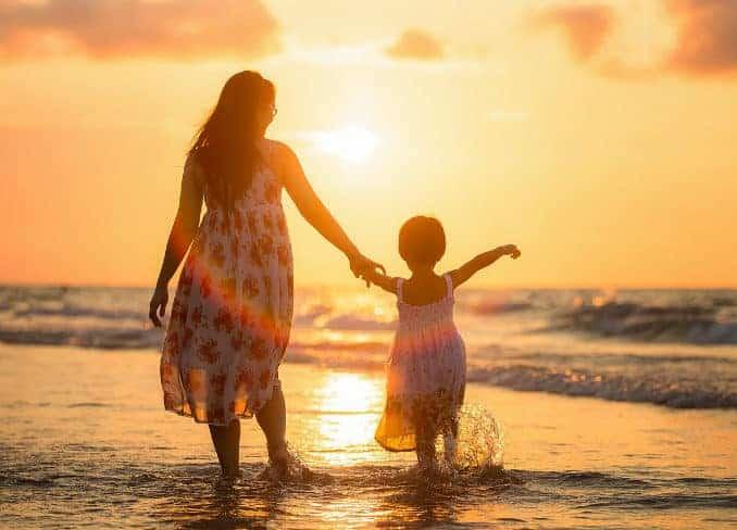 Mutter mit Kind an der Ostsee