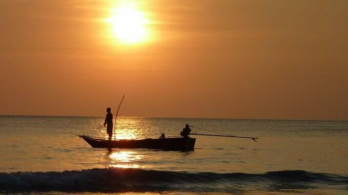 Abbildung 1: Ein kleines Boot mit einem kräftigen Außenbordmotor hat die Power, um den Angler ein Stück weit rauszufahren und den Sonnenuntergang genießen zu lassen. Um diese Tageszeit beißen manche Fische besonders gut.