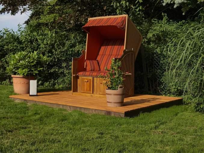 Stilvoller Strandkorb im Garten