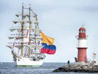 """Die """"Gloria"""", das Segelschulschiff der kolumbianischen Marine, läuft in Warnemünde ein. Foto: Lutz Zimmermann"""
