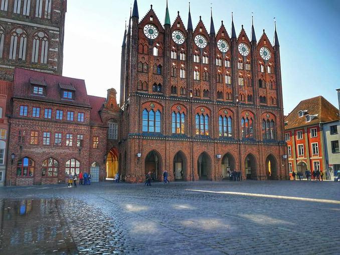 Stralsund Rathaus mit Marktplatz