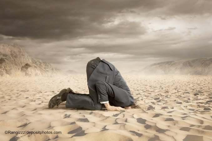 Kopf im Sand beim SandstrandSEO