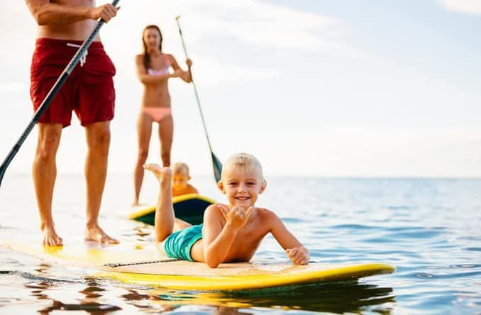 Stand Up Paddling mit Familie an der Ostsee