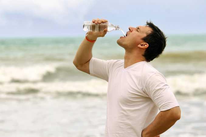 Mann trinkt Wasser ©eddiephotograph/de.depositphotos.com