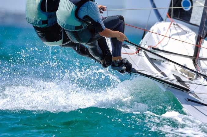 Segelboott beim Rennen mit Segler ©sportlibrary/depositphotos.com